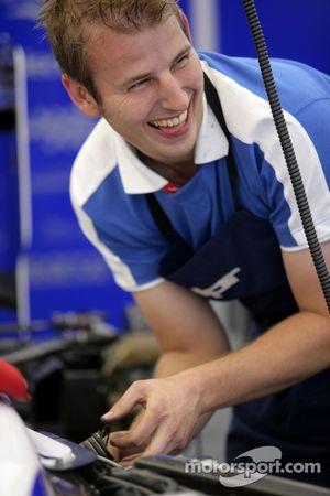Механик команды David Price Racing за работой