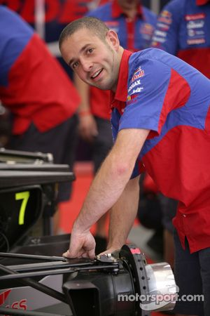 Механик команды Arden International готовит машину Бруно Сенны