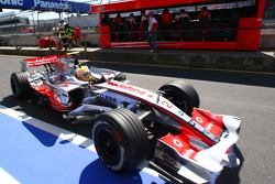 За Льюисом Хэмилтоном, McLaren Mercedes, MP4-22 наблюдает Михаэль Шумахер, советник Scuderia Ferrari