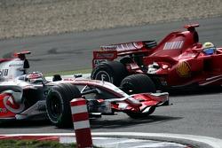 Фернандо Алонсо, McLaren Mercedes, MP4-22 и Фелипе Масса, Scuderia Ferrari, F2007