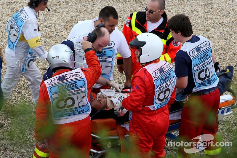 Duro accidente de Lewis Hamilton, McLaren Mercedes, MP4-22, en clasificación