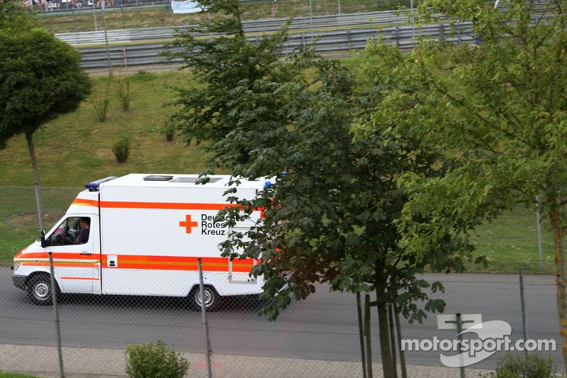 Lewis Hamilton, McLaren Mercedes, en ambulancia tras su accidente
