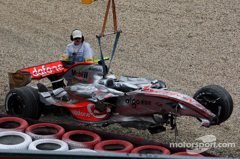 Lewis Hamilton, McLaren Mercedes, MP4-22, sufre un duro accidente en clasificación