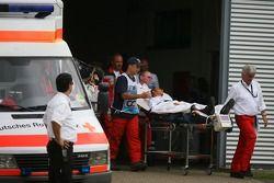 Льюиса Хэмилтона, McLaren Mercedes грузят в вертолет для обследования после аварии