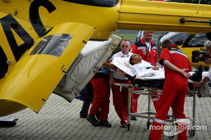 Lewis Hamilton, primero en camilla y luego en helicóptero hacia el hospital tras su accidente