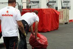 Переднее колесо Льюиса Хэмилтона, McLaren Mercedes забирают для изучения инженеры Bridgestone