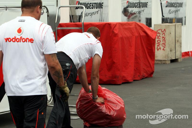 La rueda delantera del McLaren-Mercedes de Lewis Hamilton, devuelta a Bridgestone