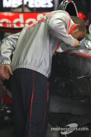 Льюис Хэмилтон, McLaren Mercedes вернулся на трассу после обследования в больнице и проверяет свою м