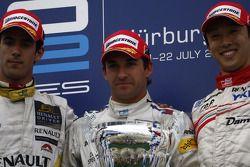 Timo Glock célèbre sur le podium avec Lucas di Grassi et Kazuki Nakajima