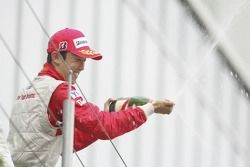 Kazuki Nakajima fête sa troisième position sur le podium