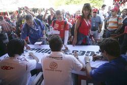 Andreas Zuber, Ho-Pin Tung et Timo Glock signe des autographes pour des fans
