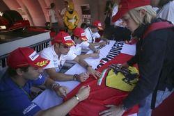 Timo Glock et Andreas Zuber signe le drapeau d'un fan