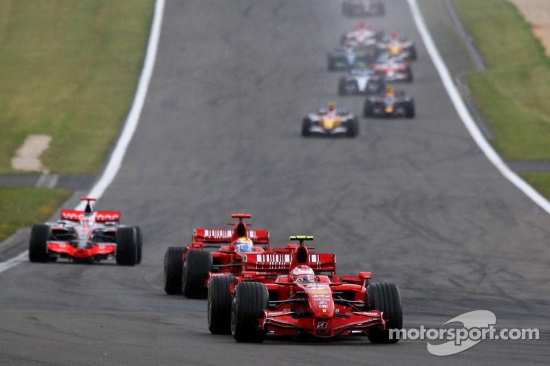 A chuva começou ainda na primeira volta, levando todos os pilotos aos pits. Kimi cometeu um erro custoso: saiu de traseira e perdeu a entrada do box, dando a liderança a Massa e tendo que dar mais uma volta.