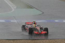 Льюис Хэмилтон, McLaren Mercedes, MP4-22, проехал мимо поворота из-за аквапланирования