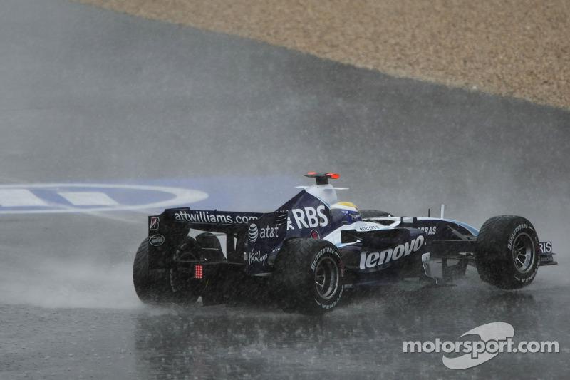 Нико Росберга развернуло на мокрой трассе
