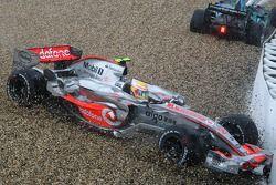 Льюис Хэмилтон, McLaren Mercedes, MP4-22 вылетел в ограждение