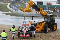 Льюиса Хэмилтона, McLaren Mercedes, MP4-22 с помощью эвакуатора убирают из гравийной ловушки
