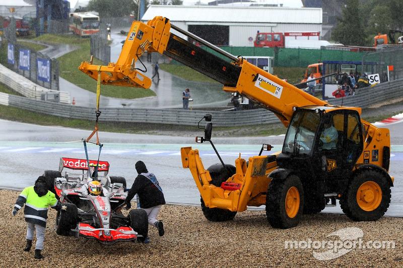 Hamilton também saiu da pista no mesmo ponto, mas deixou seu motor ligado e pediu aos fiscais alemães que tirassem seu carro da brita de trator – o que surpreendentemente deu certo.