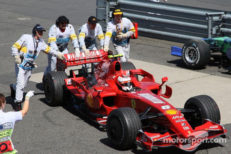 Raikkonen se recuperou de seu início ruim e era o terceiro quando parou com problemas mecânicos na volta de número 34.
