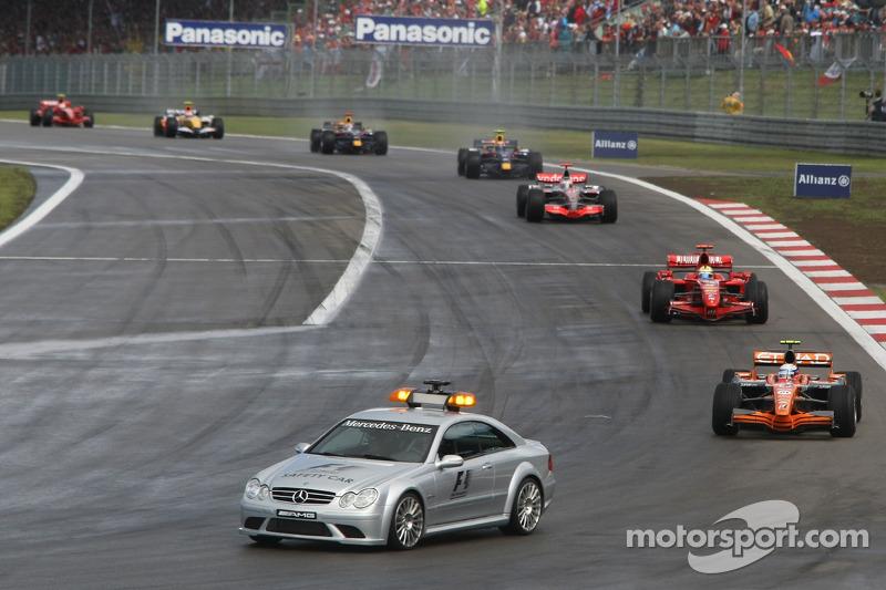 Вскоре трасса подсохла и гонка возобновилась – сначала в режиме машины безопасности