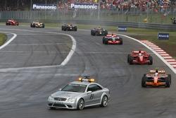 Маркус Винкельхок, Spyker F1 Team, F8-VII и Фелипе Масса, Scuderia Ferrari, F2007 позади машины безо