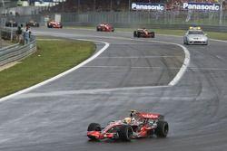 Льюис Хэмилтон, McLaren Mercedes, MP4-22 отстает почти на круг перед рестартом