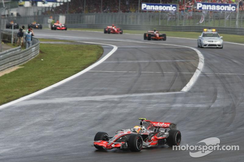 Lewis Hamilton, McLaren Mercedes, MP4-22, con una vuelta perdida antes del reinicio