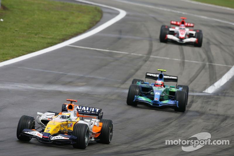 Giancarlo Fisichella, Renault F1 Team, R27 y Rubens Barrichello, Honda Racing F1 Team, RA107