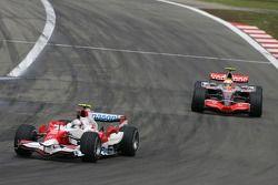 Ярно Трулли, Toyota Racing, TF107 и Льюис Хэмилтон, McLaren Mercedes, MP4-22