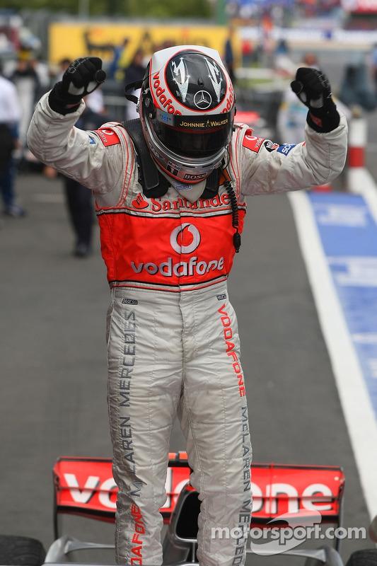 El ganador de la carrera Fernando Alonso lo celebra