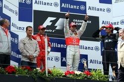Podio: ganador de la carrera Fernando Alonso con Felipe Massa, Mark Webber y Ron Dennis