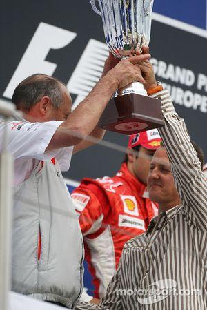 Михаэль Шумахер вручает Рону Деннису трофей за победу в Кубке конструкторов
