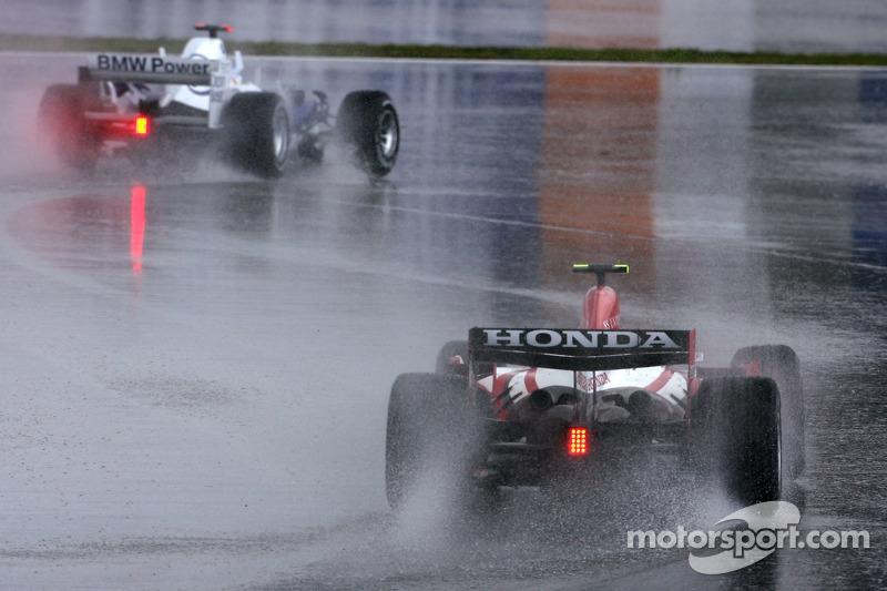 И новобранец Spyker не прогадал – буквально на первом круге на трассу обрушился ливень