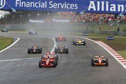 Рестарт: Фелипе Масса, Scuderia Ferrari, F2007 и Маркус Винкельхок, Spyker F1 Team