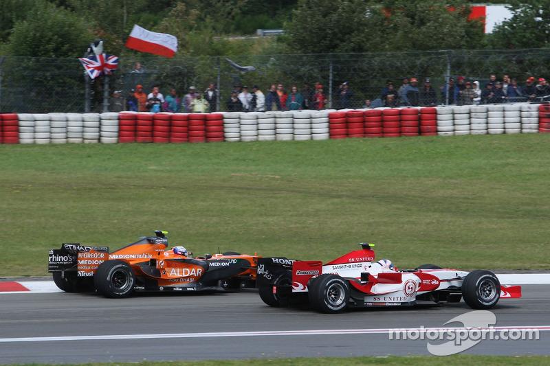 Markus Winkelhock, Driver, Spyker F1 Team gets overtaken by Anthony Davidson, Super Aguri F1 Team
