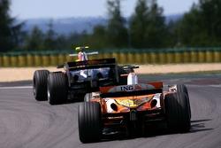 Heikki Kovalainen, Renault F1 Team; Mark Webber, Red Bull Racing