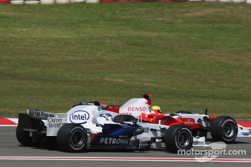 Nick Heidfeld, BMW Sauber F1 Team y Ralf Schumacher, Toyota Racing antes de la última curva