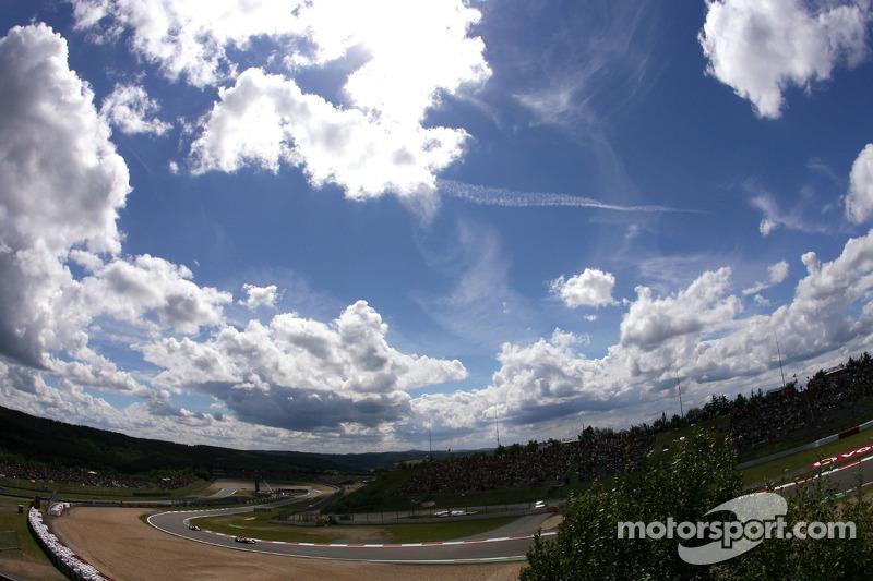 A contagem regressiva para a corrida havia se iniciado, mas havia chuva nos arredores de Nurburgring. Com isso, a preocupação era geral com o início da prova.