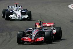 Льюис Хэмилтон, McLaren Mercedes, MP4-22 и Ник Хайдфельд, BMW Sauber F1 Team, F1.07