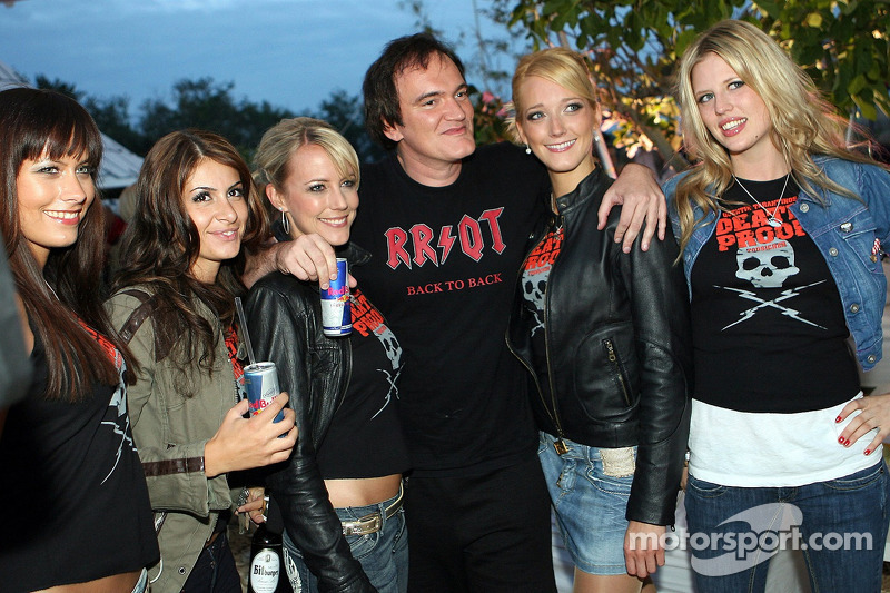 Quentin Tarantino, director de cine, rodeado de chicas