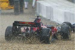 Scott Speed, Scuderia Toro Rosso, STR02, skids off into the gravel