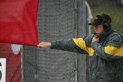 Маршал размахивает красным флагом