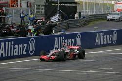 Фернандо Алонсо финиширует под клетчатым флагом