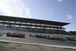 Le peloton de la course GP2 dans le premier virage de course
