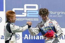 Javier Villa fête sa victoire sur le podium avec Kohei Hirate