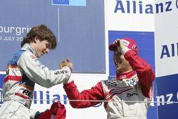Javier Villa fête sa victoire sur le podium avec Kazuki Nakajima