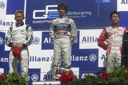 Javier Villa fête sa victoire sur le podium avec Kohei Hirate et Kazuki Nakajima