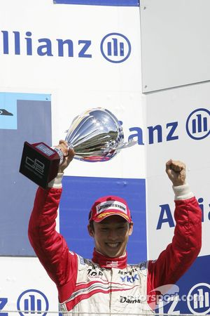 Kazuki Nakajima fête son podium