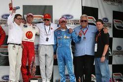 Podium: le vainqueur Sébastien Bourdais et Graham Rahal avec le propriétaire de l'équipe Carl Haas e