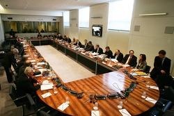 Board members ve takım elemanları gather, hearing